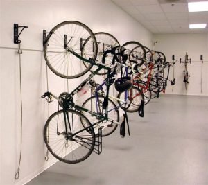 Особенности хранение велосипеда зимой и летом в квартире
